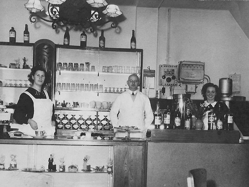 Opa Piet en oma Nel van banketbakkerswinkel en lunchroom De Piet Hein in 1947